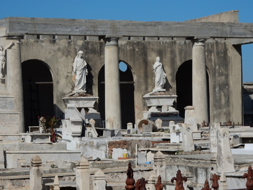 Cementerio La Reina: Enduring statuary in front of the ruins of the chapel
