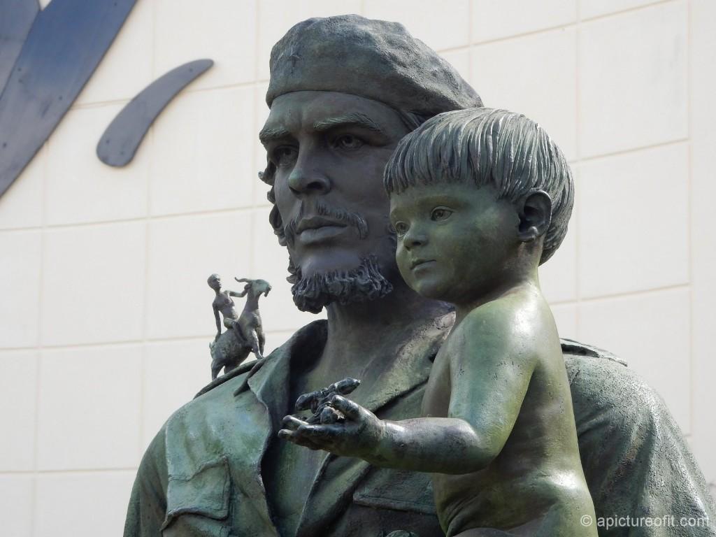 Statue of El Che in front of the Officina de la Provincia (PCC), Santa Clara
