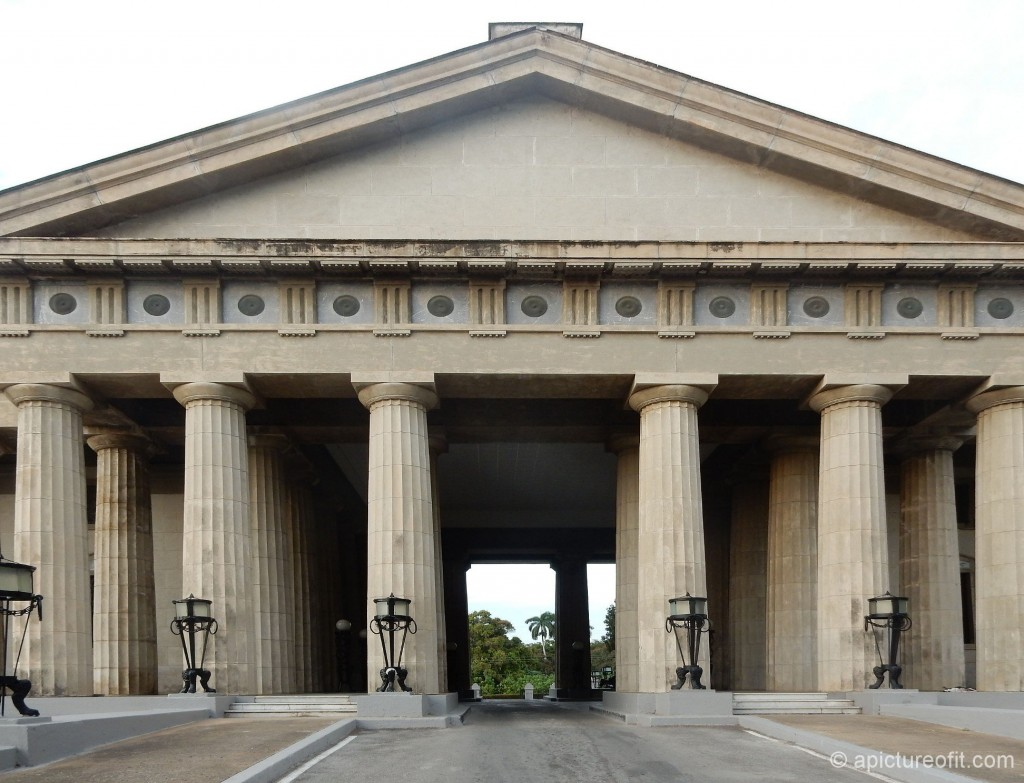 Entry to Necrópolis Tomás Acea