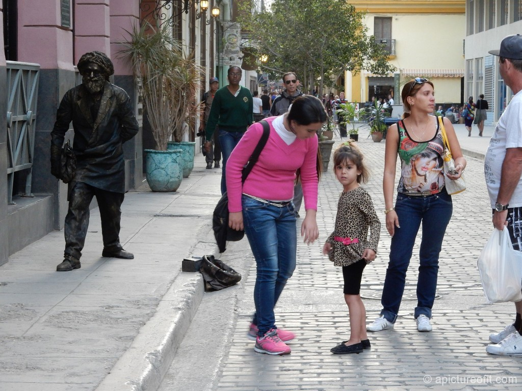 The 'Bronze Statue' performance in Vieja